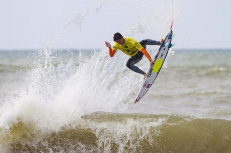 MEDINA AND SLATER OUT, WORLD TITLE TO BE DECIDED IN PIPELINE