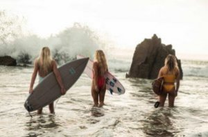 PEREMPUAN SURFING DI ABAD 21
